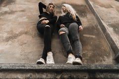 Retrato exterior dos jovens adolescentes bonitos felizes que viajam na cidade europeia velha, Lviv, Ucr?nia imagem de stock royalty free