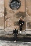 Retrato exterior dos jovens adolescentes bonitos felizes que viajam na cidade europeia velha, Lviv, Ucr?nia imagens de stock royalty free