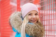 Retrato exterior nebuloso do inverno da mulher adorável feliz nova no revestimento ciano brilhante que levanta no parque da cidad imagens de stock