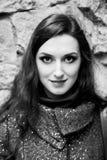 Retrato exterior preto e branco da mulher bonita com bordos sensuais, composição profissional e sorriso encantador Imagem de Stock Royalty Free
