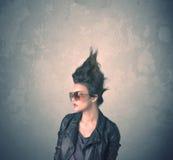 Retrato extremo da jovem mulher do penteado foto de stock