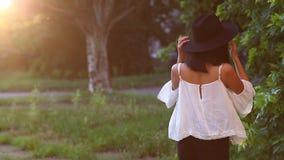 Retrato fêmea bonito da menina asiática que anda afastado para expor-se ao sol filme