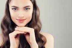 Retrato fêmea bonito do close up da cara Pele clara, pregos manicured, cabelo encaracolado e sorriso bonito imagem de stock