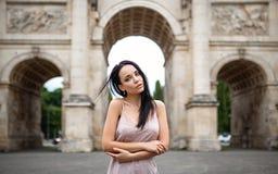 Retrato fêmea bonito fora no estilo da forma Fotos de Stock