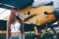 Retrato fêmea bonito no aeródromo, fim da tarde Imagem de Stock Royalty Free