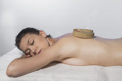 Retrato fêmea da mulher bonita nova no ambiente dos termas Foto de Stock Royalty Free