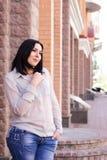 Retrato fêmea do sorriso da cidade da rua do xaile positivo da mulher XXL do tamanho fotos de stock