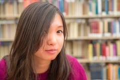Retrato fêmea na biblioteca Imagem de Stock Royalty Free