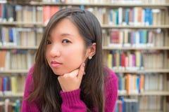 Retrato fêmea na biblioteca Fotografia de Stock Royalty Free