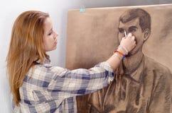 Retrato fêmea novo do homem do desenho do artista fotos de stock