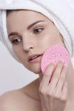 Retrato facial da beleza da jovem mulher de olhos azuis com composição natural Fotografia de Stock Royalty Free