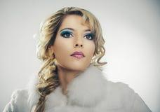 Retrato facial de una muchacha hermosa en una capa blanca Fotografía de archivo