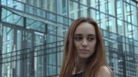 Retrato fascinador sensual de la mujer joven elegante magnífica imponente que presenta adentro el centro de la ciudad de la ciuda almacen de metraje de vídeo