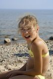 Retrato feliz da menina na praia imagens de stock royalty free
