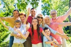 Retrato feliz de la familia en jardín del verano imagenes de archivo