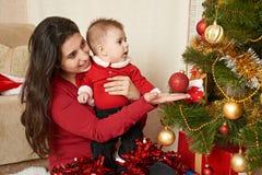 Retrato feliz de la familia en la decoración de la Navidad, vacaciones de invierno co Fotografía de archivo libre de regalías