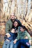 Retrato feliz de la familia en las maderas imágenes de archivo libres de regalías