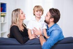 Retrato feliz de la familia - pareja de los jóvenes y pequeño hijo lindo Imágenes de archivo libres de regalías