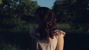 Retrato feliz de la forma de vida del primer de la chica joven caucásica bonita con el pelo negro rizado Sonrisas y miradas de la metrajes