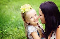 Retrato feliz de la madre y de la hija Foto de archivo libre de regalías