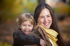 Retrato feliz de la madre y del hijo Fotografía de archivo