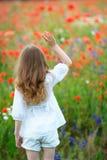 Retrato feliz de la muchacha del niño con los puños apretados al aire libre Visión posterior Foto de archivo libre de regalías