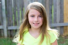 Retrato feliz de la muchacha rubia del niño al aire libre imagen de archivo libre de regalías