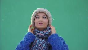 Retrato feliz de la mujer del invierno al aire libre Nieve que cae en cantidad estupenda de la cámara lenta 180fps HD almacen de video