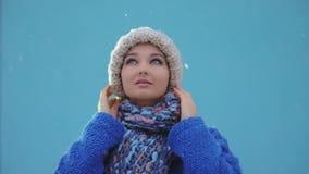Retrato feliz de la mujer del invierno al aire libre Nieve que cae en cantidad estupenda de la cámara lenta 180fps HD metrajes