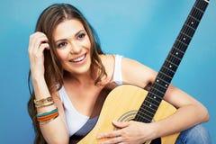 Retrato feliz de la mujer del músico con la guitarra Fotos de archivo libres de regalías