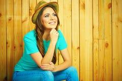 Retrato feliz de la mujer joven en estilo rural americano Imagen de archivo