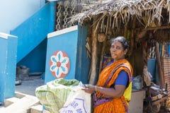 Retrato feliz de la mujer de la pertenencia étnica india fotos de archivo