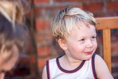 Retrato feliz de un muchacho rubio sonriente Fotografía de archivo