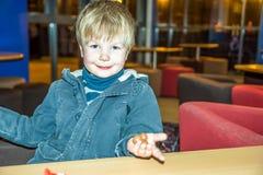 Retrato feliz de un muchacho rubio sonriente Imagenes de archivo