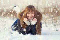 Retrato feliz del adolescente en invierno nevoso Fotografía de archivo