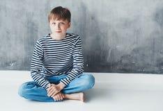 Retrato feliz del primer del niño hermoso del muchacho lindo fotos de archivo libres de regalías