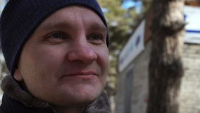 Retrato feliz do homem novo Indivíduo de sorriso exterior no movimento lento do inverno video estoque