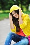 Retrato feliz hermoso de la chica joven - al aire libre Foto de archivo libre de regalías
