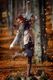 Retrato feliz joven de la mujer al aire libre en otoño Fotografía de archivo