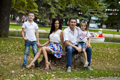 Retrato feliz novo da família no fundo do parque do outono Imagem de Stock