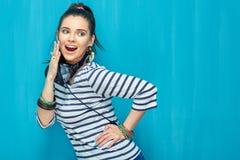 Retrato feliz sonriente de la muchacha del adolescente en fondo azul de la pared Imagen de archivo