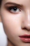 Retrato femenino adolescente de la belleza de la media cara con maquillaje del día Imagen de archivo