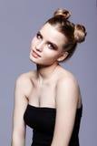 Retrato femenino adolescente joven de la belleza con el maquillaje y el pelo s del día del bollo Fotos de archivo