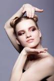 Retrato femenino adolescente joven de la belleza con el maquillaje y el pelo s del día del bollo Foto de archivo libre de regalías
