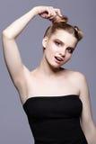 Retrato femenino adolescente joven de la belleza con el maquillaje y el pelo s del día del bollo Fotos de archivo libres de regalías