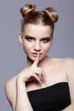 Retrato femenino adolescente joven de la belleza con el maquillaje y el pelo s del día del bollo Imágenes de archivo libres de regalías
