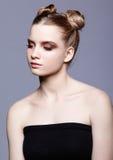 Retrato femenino adolescente joven de la belleza con el maquillaje y el pelo s del día del bollo Imagenes de archivo