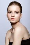 Retrato femenino adolescente joven de la belleza con maquillaje del día Imagenes de archivo