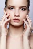 Retrato femenino adolescente joven de la belleza con maquillaje del día Foto de archivo