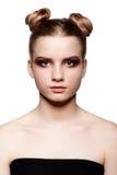 Retrato femenino adolescente joven de la belleza con maquillaje del día y pelo del bollo Fotografía de archivo